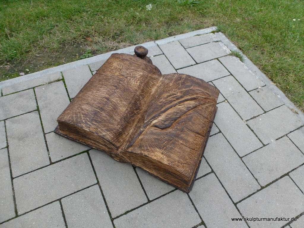 Buch mit Feder und Tintenfass, Eiche