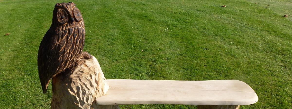 Holzfiguren mit Sitzmöglichkeiten